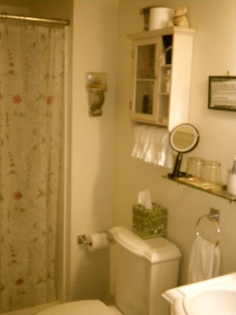 Stirling House Bed and Breakfast: The Greenport Room bathroom