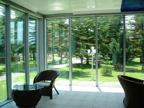 Bolu Termal Otel: Garden seen from heated pool