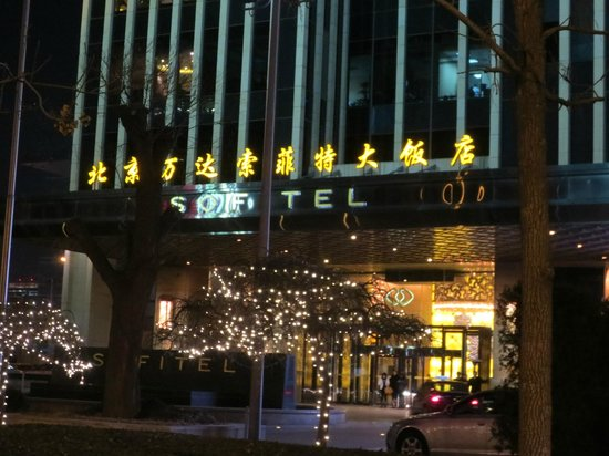 Sofitel Wanda Beijing: Front of hotel