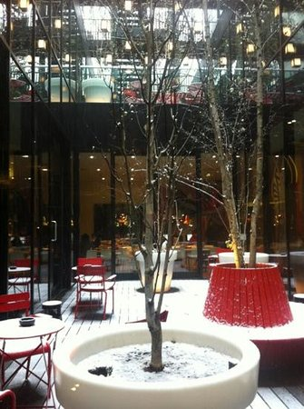citizenM London Bankside:                   Snowy, central hotel garden