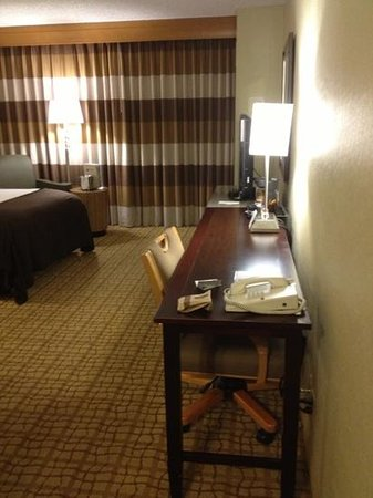 Doubletree Hotel Tulsa-Downtown: narrow long desk which didnt take a lot of space from the room always a plus