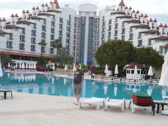 Green Max:                                                       havuz kenarından otel