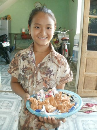 Vinh Hung Riverside Resort: Local girl in pottery shop