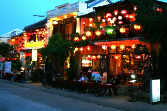 Vinh Hung Riverside Resort: The lantern shops