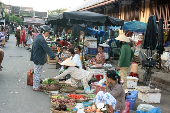 Vinh Hung Riverside Resort: The bustling market