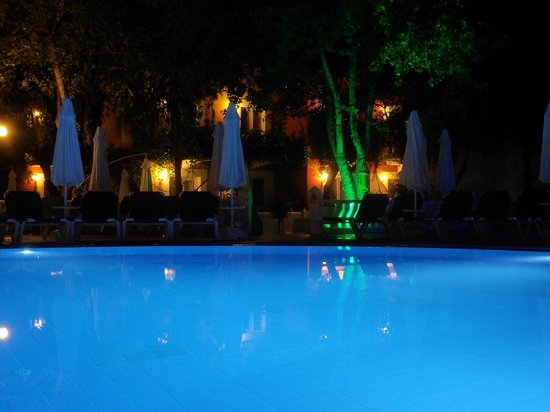 Club Belcekiz Beach Hotel:                   Pool at night