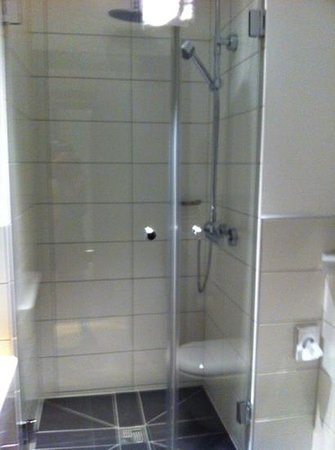 Gideon Hotel: bathroom