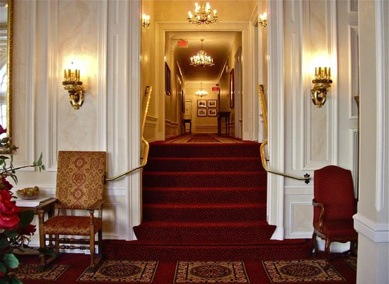 Beresford Arms: Hallway leading to rooms from lobby