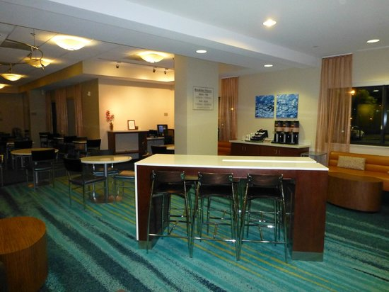 SpringHill Suites Los Angeles LAX/Manhattan Beach: Refurbished lobby/dining area