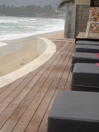 Kirikayan Boutique Resort :                   la terrasse qui domine la plage