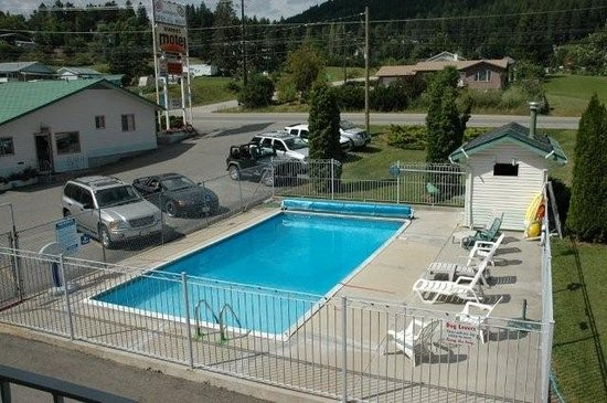 Sunset Motel: Refeshing heated outdoor pool for those hot summer days.