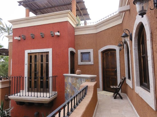 Posada del Cortes Hotel: Walk way to our room with the roof top terrace above.