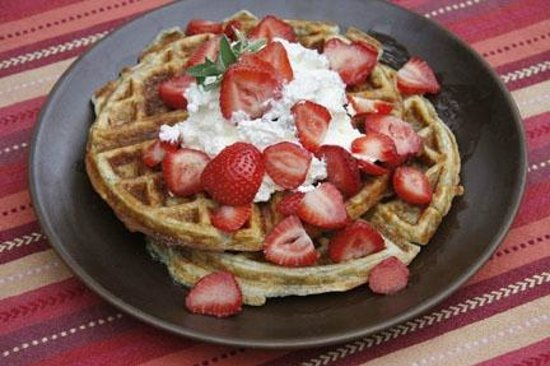 Hacienda Nicholas Bed & Breakfast Inn: Yummy waffles made with blue corn and piñon