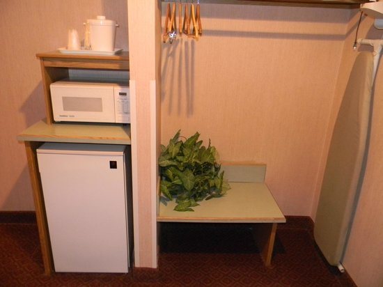 Americas Best Value Inn & Suites: Microwave & Refridgerator In Each Room