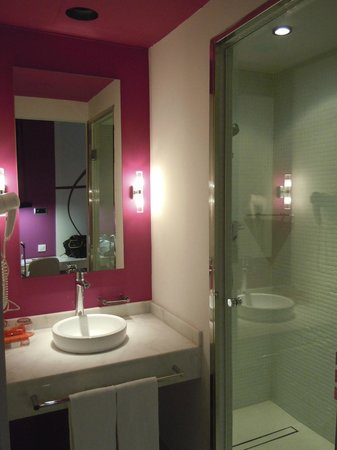 Room Mate Emma:                   alcove bath with sink, separated WC and nice tiled shower