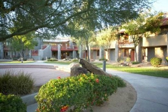 Thunderbird Executive Inn & Conference Center: Courtyard around hotel
