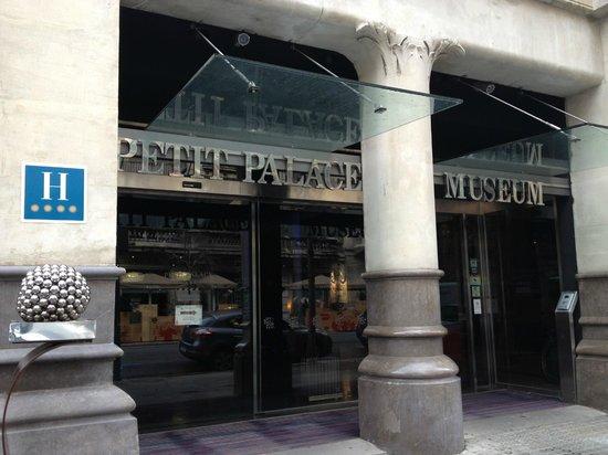 Petit Palace Museum Hotel:                   ホテル玄関