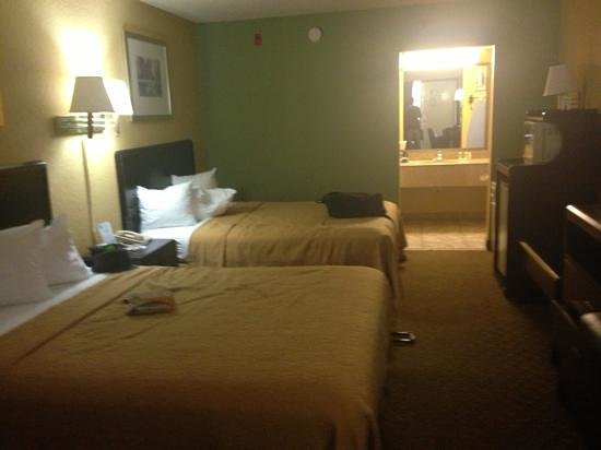 Quality Inn Orlando Airport: Clean room