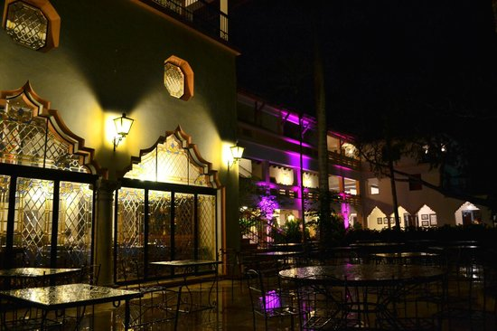 Hotel & Bungalows Mayaland:                   Terrasse du restaurant en soirée