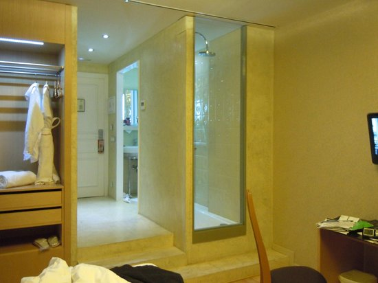 Axel Hotel Barcelona & Urban Spa:                   entry and bath area with large shower for two