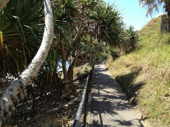 Burleigh Heads Beach: path way to get into the river