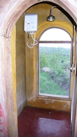 Boundary Hill Lodge:                                     shower