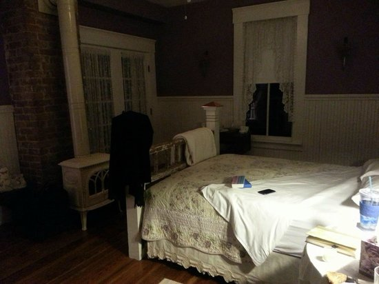 The Laurel Oak Inn:                   The Lilac Room