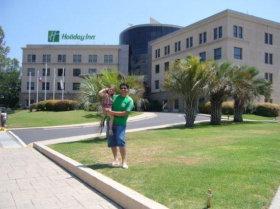 Holiday Inn Cordoba:                   con mi hija en el frente del hotel