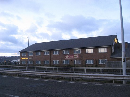 Curran Court Hotel : View from the dual carriageway