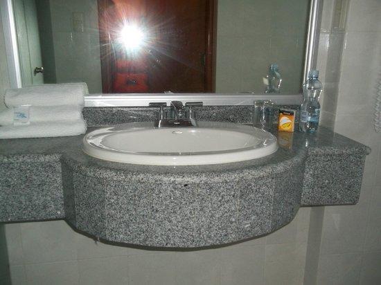 Hotel Premier: Baño.
