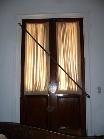 La Perla Hotel: Door locked with a cross bar
