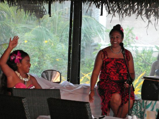 Manuia Beach Resort :                   Local music island show