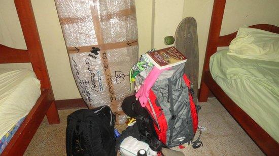 Hostal Nucapacha:                   mis cosas, al lado de la cama