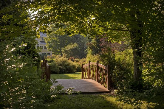 Jackson House Inn: Our footbridge leads to pure serenity