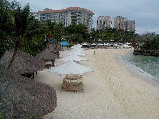 Shangri-La's Mactan Resort & Spa:                   clean beach with lots of activities
