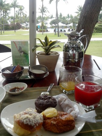 Shangri-La's Mactan Resort & Spa:                   morning breakfast