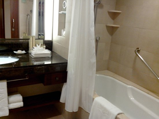 Shangri-La's Mactan Resort & Spa:                   clean bath and best tub!