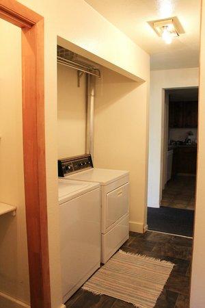 Bowen Motel : Guest Hosue full size washer/dryer