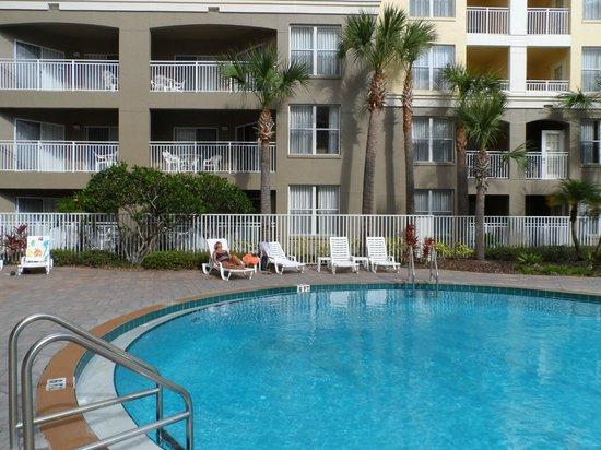 Vacation Village at Parkway:                                     la piscina es grande y de barias profundidades y el agua muy