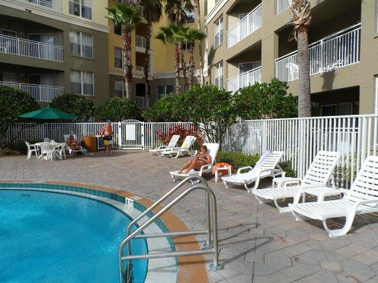 Vacation Village at Parkway:                                     la piscina se encuentra en el centro de los aparts