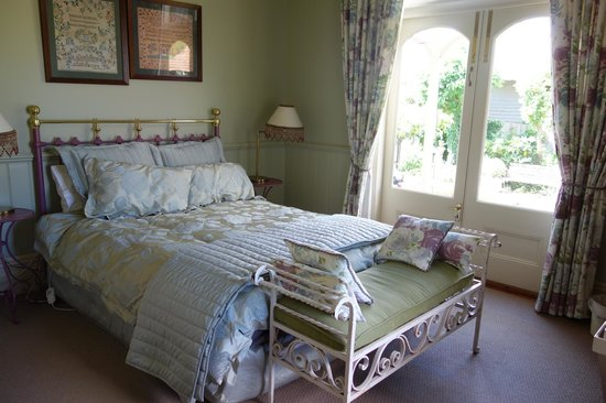 Lilac Rose Boutique Bed and Breakfast:                   The Garden room, just lovely!