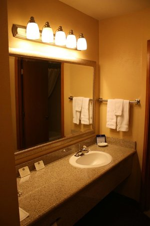 BEST WESTERN PLUS Beachfront Inn: Sink area of bathroom