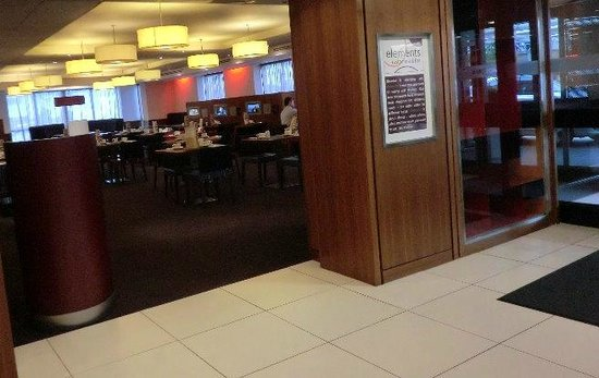 Novotel Birmingham Airport:                   ロビーから見たレストラン