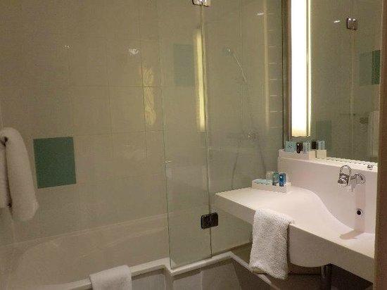 Novotel Birmingham Airport:                   バスルームとトイレは別になっていました
