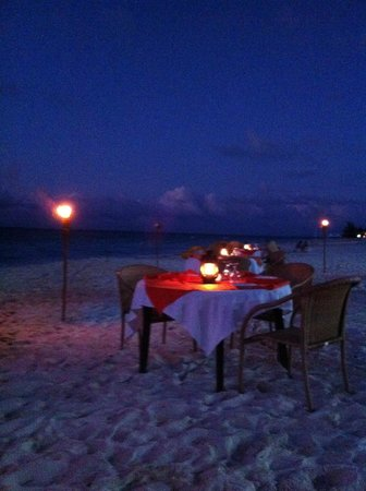 Alexandra Resort: beach dining at Alexandra restaurant Mangos