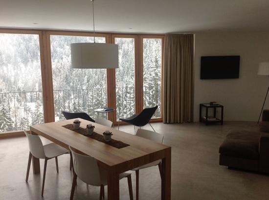 Hotel Garni Arnica :                   Wohnzimmer der Suite mit atemberaubenden Ausblick