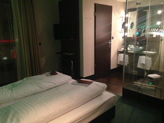 Fleming's Hotel Zurich:                   Chambre avec douche en verre