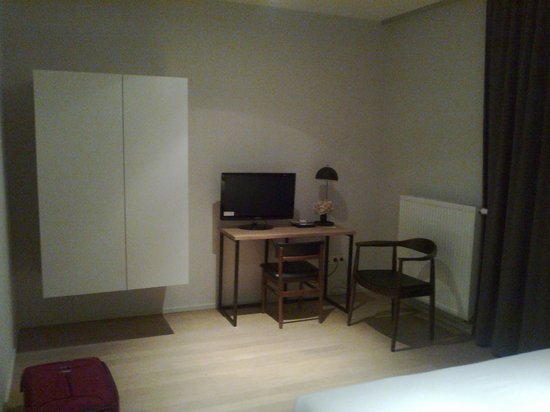A Cote du Cinquantenaire:                   room, enough space to move around