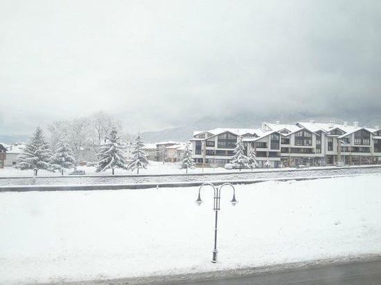 Pirin River Ski & Spa:                   odamızın pencersinden gözüken bansko