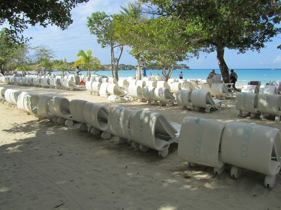 Couples Negril : Loads on sunloungers to choose from